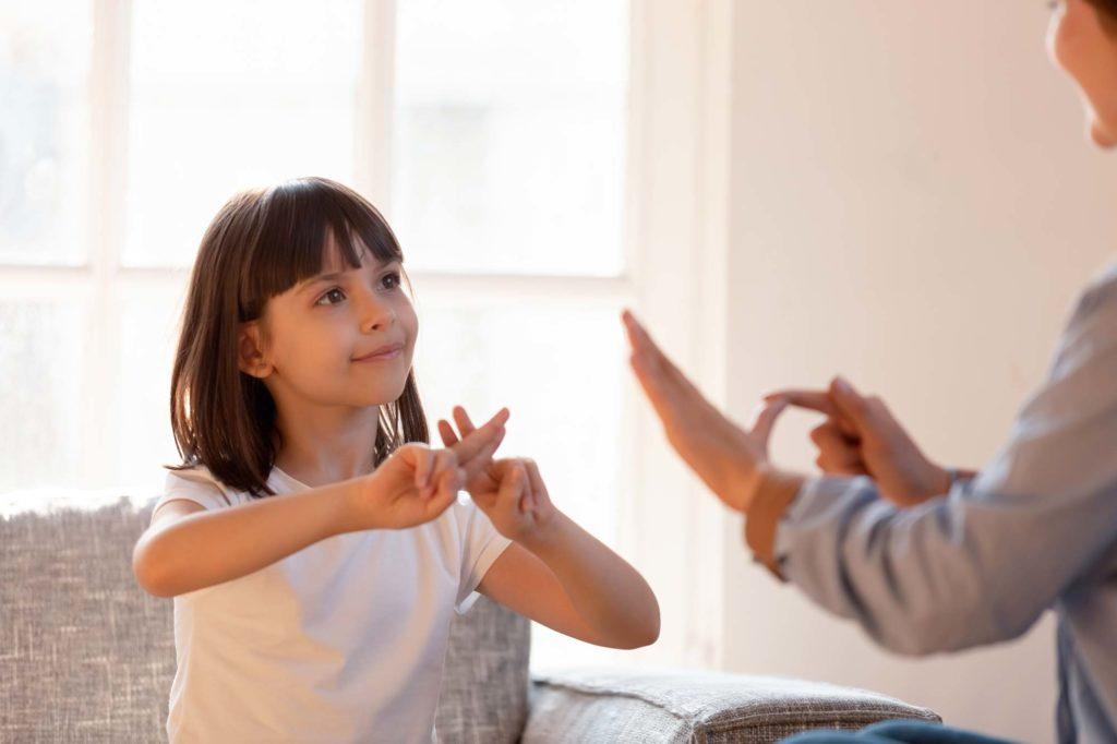 Jeune fille parlant en langage des signes